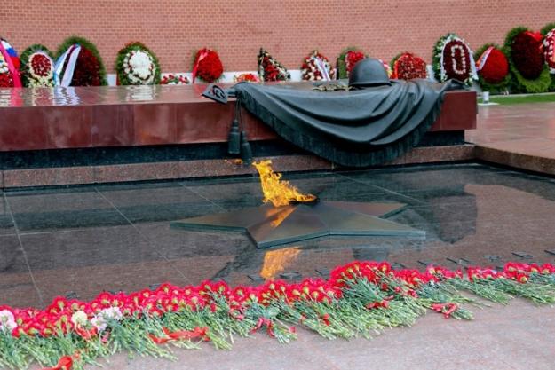 Представители ФНС России возложили цветы к Могиле Неизвестного Солдата