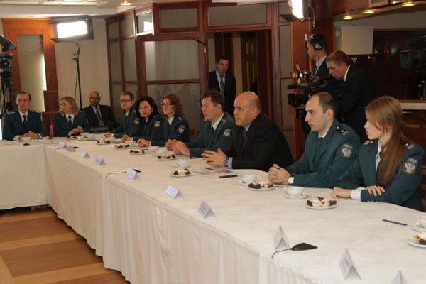 Руководитель ФНС России продемонстрировал новые стандарты обслуживания налогоплательщиков